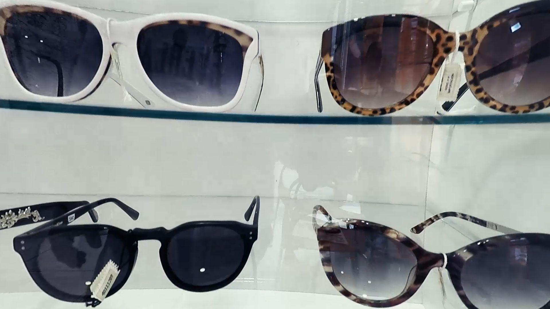 Vidriera con gafas para sol